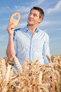 Mann mit Herz im Brot