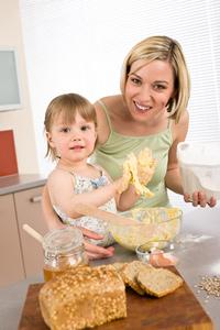 Mutter und Kind machen Brot