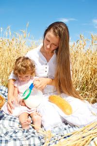 Mutter und Kind im Kornfeld